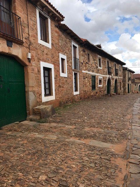 Vista de casas y los portones de Castrillo de los Polvazares