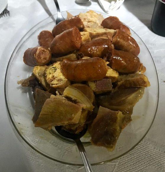 """""""""""Primer Vuelco"""": Fuente de carnes (morcillo, chorizo, gallina, tocino y relleno) en Castrillo de los Polvazares Leon"""