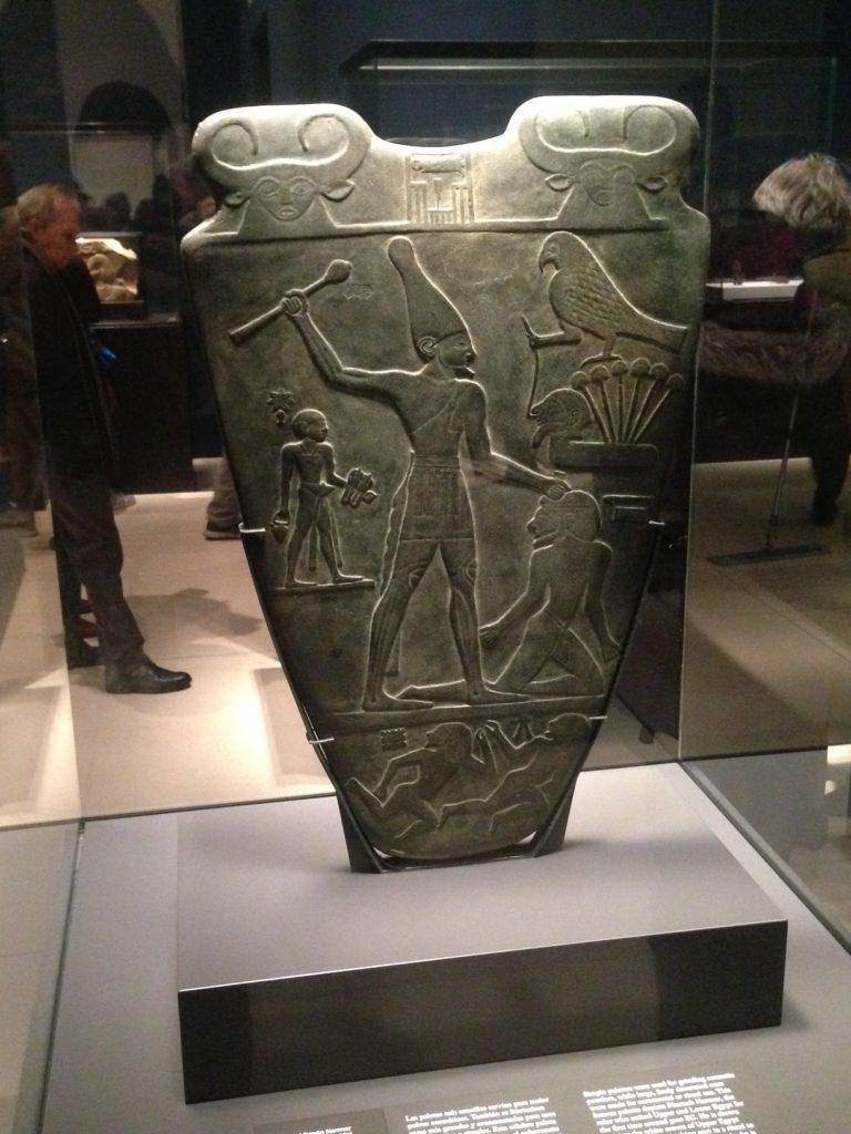Paleta del faraón Narmer  en exposición en Caixa Forum