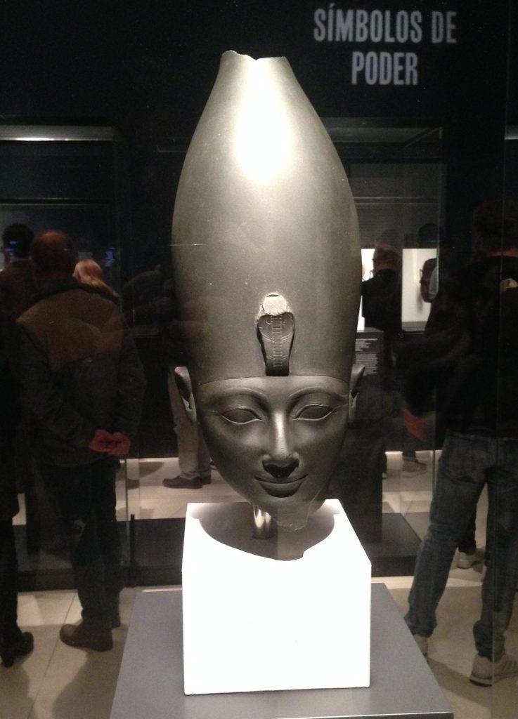 Cabeza de Faraón Tutmosis III en exposición en Caixa Forum
