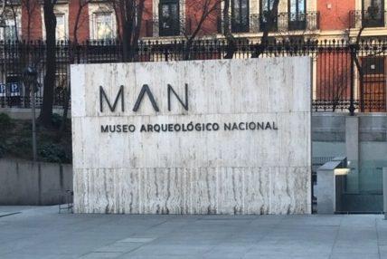 Monolito de piedra con el logotipo del museo Arqueológico de Madrid.
