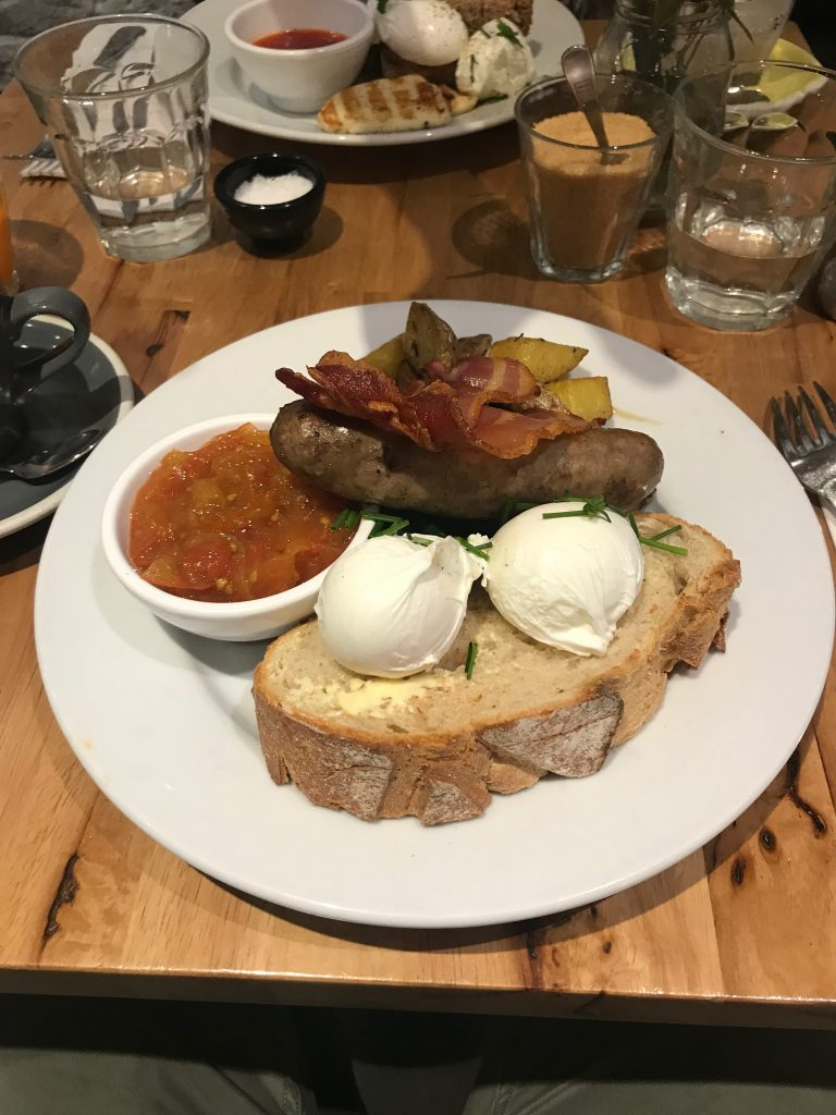 Plato en BAKERS AND ROASTERS Kiwi Brekkie