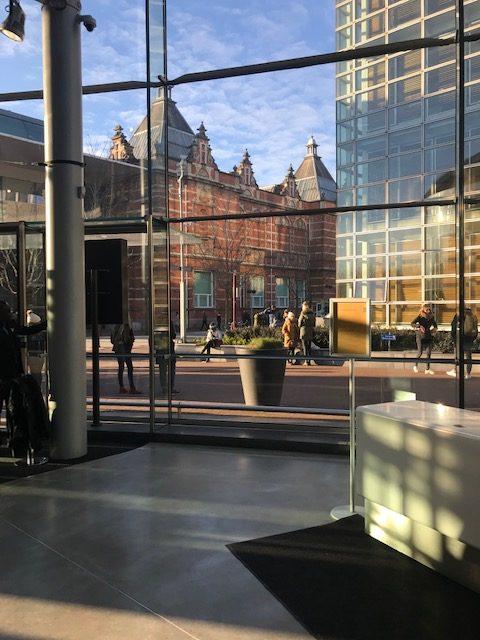 Entrada acristalada Museo Van Gogh en Amsterdam
