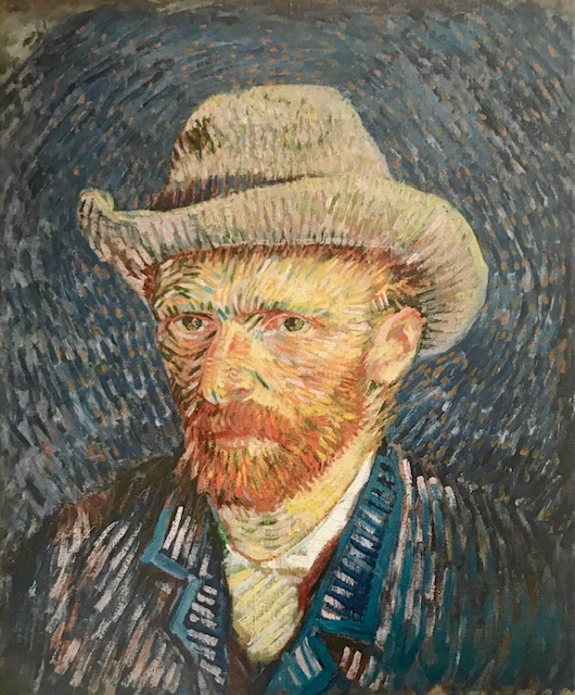 Autoretrato con sombrero de fieltro gris. Óleo sobre lienzo Van Gogh experimenta con colores complementarios, pintura de técnica neoimpresionista predominando el color azul, remarca características de su fisonomía con colores verdes.