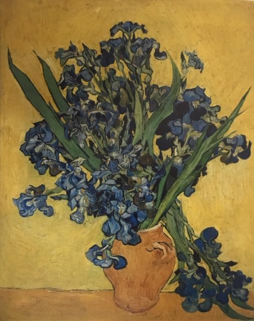 Lirios. Óleo sobre lienzo Naturaleza muerta de flores de lirios violetas, fondo amarillo para dar contraste a la imagen.