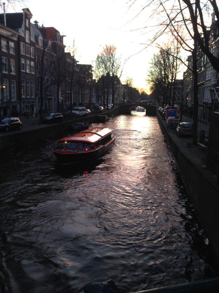 Canal en Amsterdam anochecer Escapada de fin de semana a Amsterdam