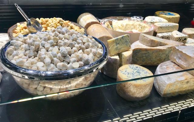 Mostrador de quesos Lyon gastronómico. Visitas clave-¿Que comer?