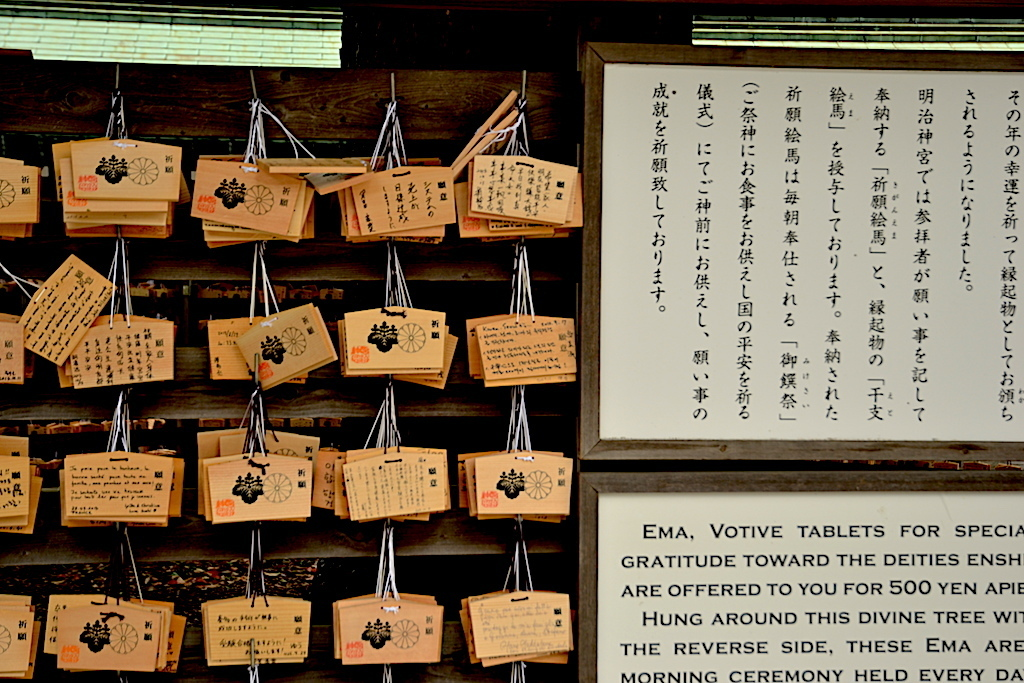 tablillas de madera donde cada uno escribe sus deseos en Templo Mejí Tokio