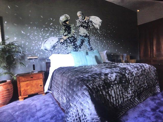 Detalle habitación en el Hotel Walled OFF Ifema Madrid Bansky